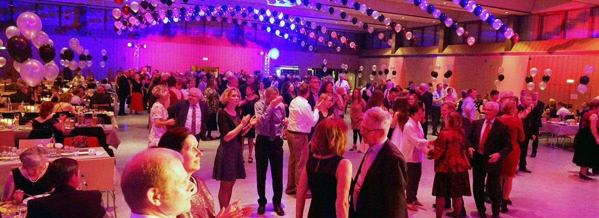 Der Ballsaal war festlich geschmückt und lud auf die Tanzfläche ein.