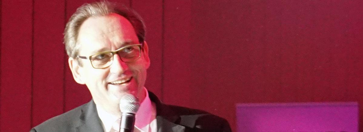 Erster Vorstand Jürgen Fuchs kündigte die Tanzeinlage von Elke und Fritz Lallemand an.