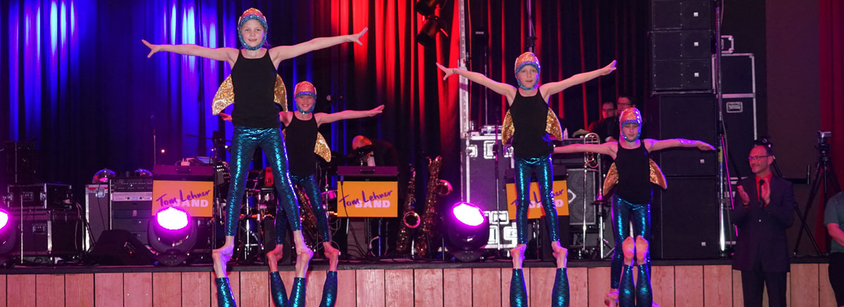 Die erste Showeinlage begann und junge Akrobaten tauchten den Ballsaal in eine Unterwasserwelt.