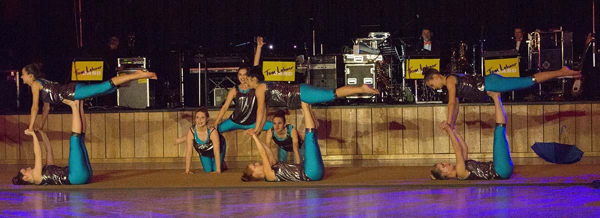 Tanz und Akrobatik verschmelzen in der Performance Singing in the rain