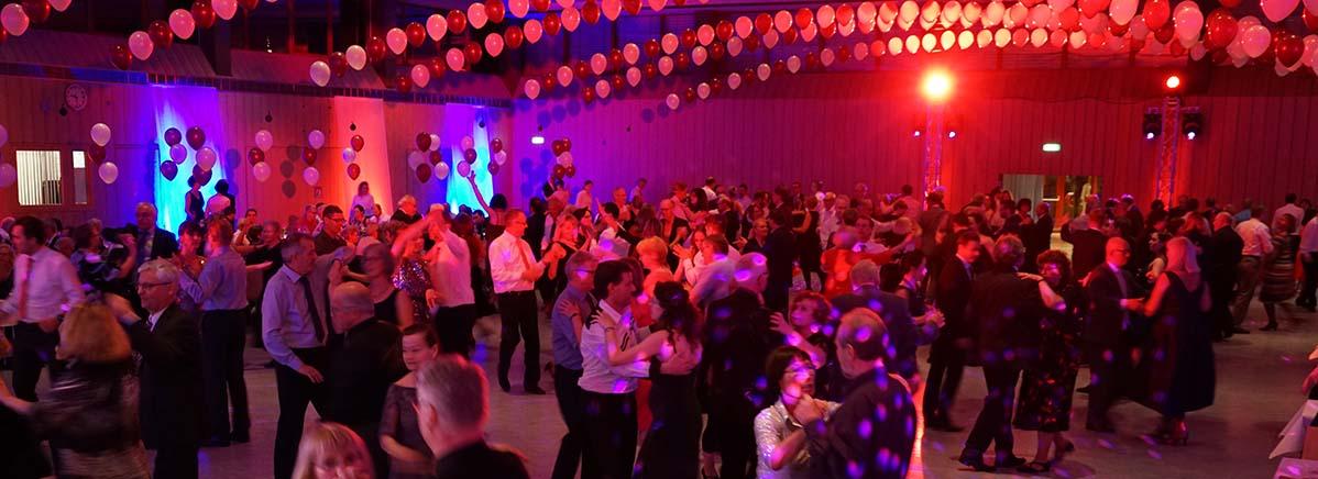 tolle Tanzmusik lockte viele Tänzer auf die Fläche