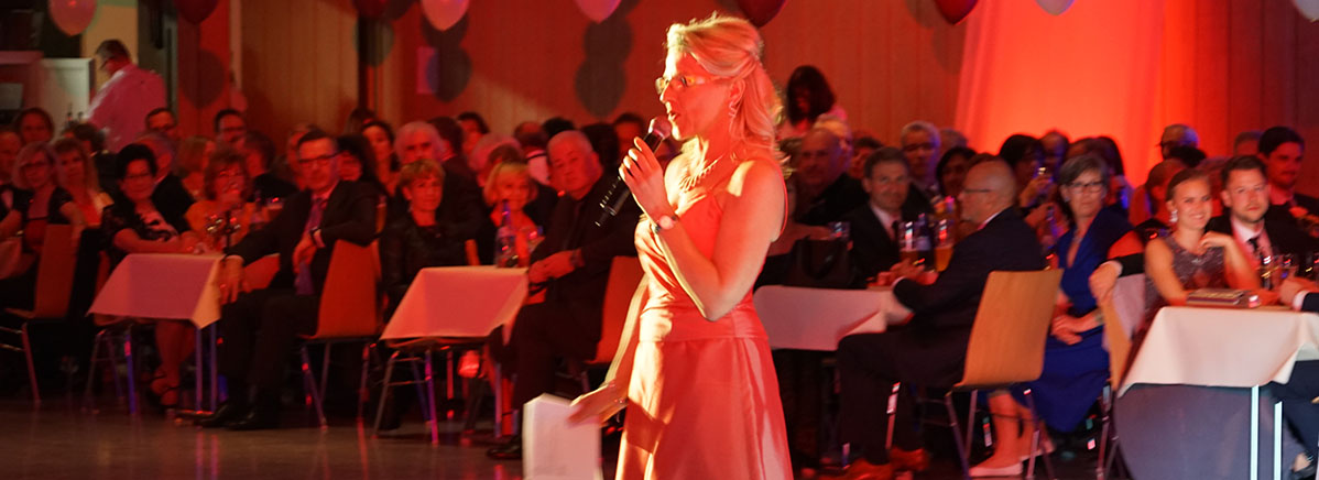 Elke Lallemand führte 350 Gäste charmant durch den Abend